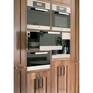 Placards de cuisine alliant bois, acier et cuir